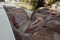 Oprava mostku ve slepé ulici na Šťáralce v Kolíně.
