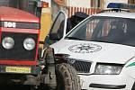 Policejní auto se v Plaňanech srazilo s traktorem.