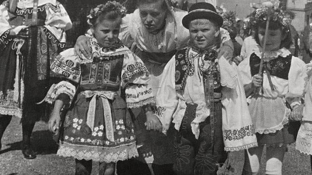 Tradiční slavnosti v lidových krojích v Pečkách.