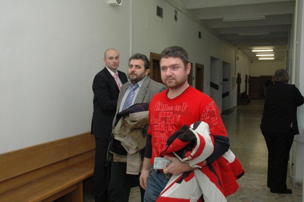 David Procházka (vlevo v pozadí) u krajského soudu.