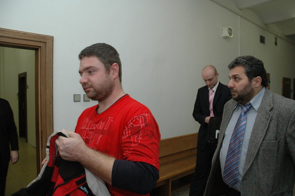 Josef Hladík (v červené mikině) u krajského soudu.