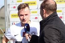PODĚBRADSKÝ MARTIN GROSPIČ v poločasovém rozhovoru pro Českou televizi. To ještě nevěděl, že utkání ve Velimi svým gólem rozhodne.