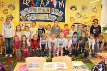 1. B  1. základní školy Kolín s třídní učitelkou Markétou Růžičkovou a asistentkou Ivanou Pelčovou