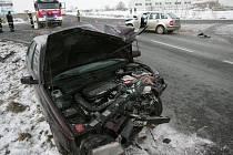 Dopravní nehoda na křižovatce u nadjezdu v Pečkách. 13.1. 2009