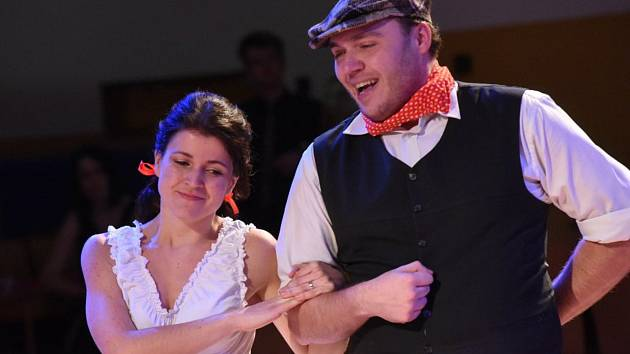 Absolventi školy Spojů začali s předstihem plesovou sezonu.