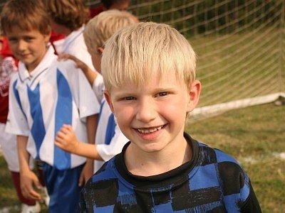 Přes dvacet malých fotbalistů si užívá léta na táborovém soustředění v Posázaví.