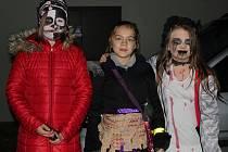 Děti zdolaly ve Třech Dvorech strašidelnou stezku.