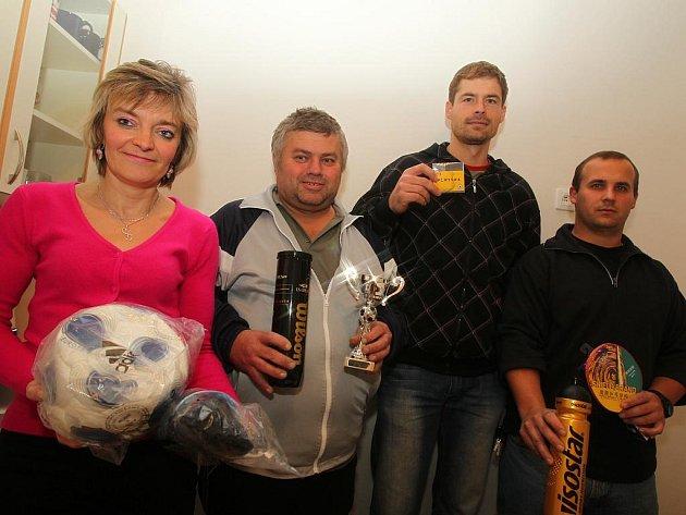 Všichni odměnění pěkně pohromadě. Zleva Jana Pachlová, Petr Peška, Josef Zemanec a Libor Peška.