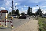 Uzavírka přejezdu ve Starokolínské ulici v Kolíně. Nešťastní řidiči i přes dopravní značení zkouší, zda by se přece jen nedalo projet. Nedalo. A tak otáčejí a vracejí se.
