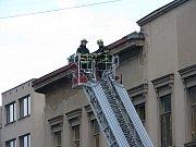 Několik plechů strhl páteční silný vítr ze střechy rozlehlé budovy bývalé okresní vojenské správy. Nikdo nebyl zraněn.