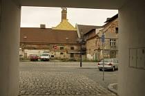 Na parkoviště v areálu kolínského zámku alias pivovaru, kde bude volební drive-in místo, je jeden vjezd ze Sokolské ulice.