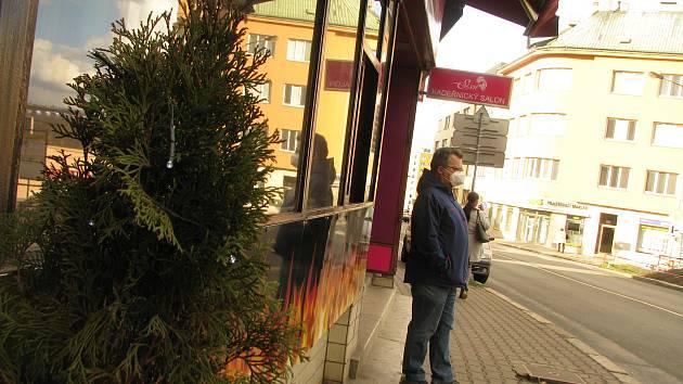 Na pozůstatky Vánoc lze v ulicích Kolína narazit dosud.