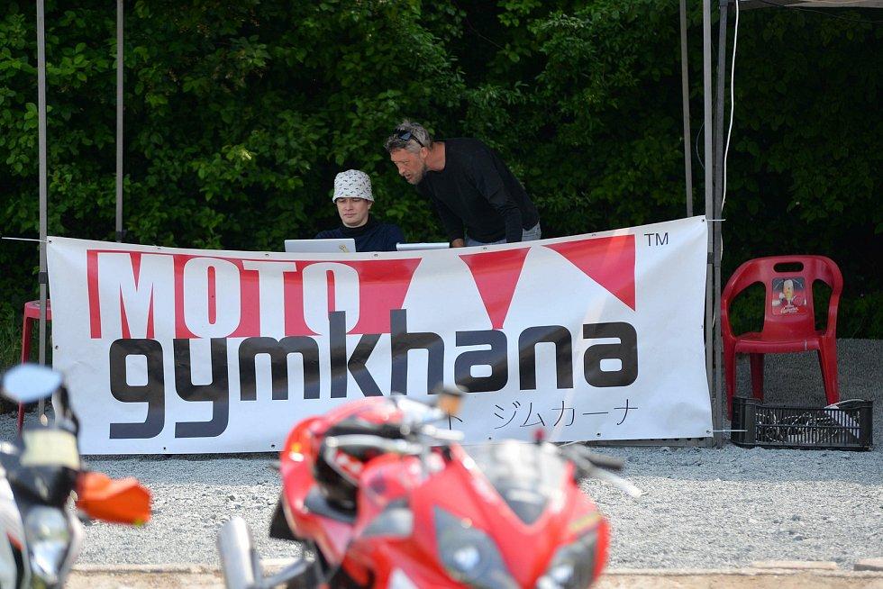 Ze závodů Moto Gymkhana v Kolíně