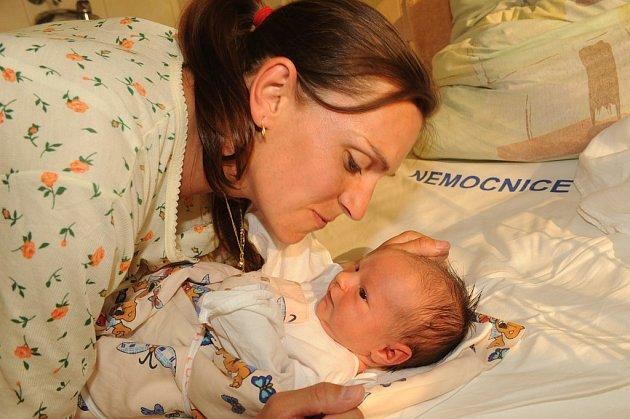 Políbit usměvavou dceru Lucii Drázdovou, která se narodila 28. dubna s váhou 3 290 gramů a výškou 51 centimetr, se chystá její maminka Blanka. S tatínkem Romanem a dvouletou sestrou Adélkou žijí všichni společně v Týnci nad Labem.