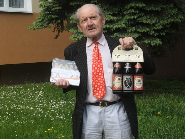 Pracovně zaneprázdněného Josefa Vyhnánka zastoupil Vít Holík a ten svému kamarádovi přivezl karton piv značky Rohozec, sázenku do sázkové kanceláře Chance a také kalendář fotbalového klubu Real Madrid.