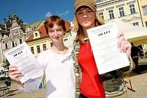 Studentky obchodní akademie Kolín s pozvánkami v rukách.
