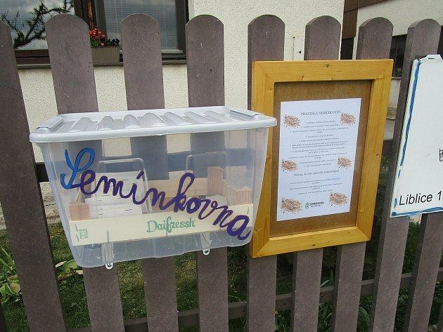 Semínkovna na plotě domu Ivany Havlínové vLiblicích.