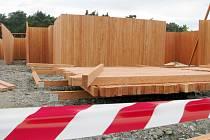 Výstavba dřevěného labyrintu u hřiště