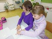 Zástupci muzea navštívili školu, aby dětem přiblížili život nevidomých.