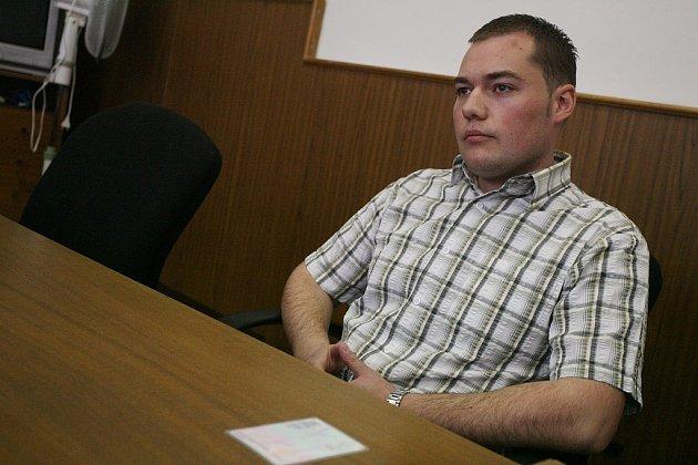 Soud s policistou, který při zatýkání postřelil prchajícího delikventa.
