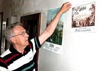 Obrazy dnes nejznámějšího z Morstadtů, Vincence (ve výřezu), jsou žádané dodnes. Organizátor výstavy Jaroslav Formánek umisťuje na stěnu kalendář s použitím Morstadtových maleb.