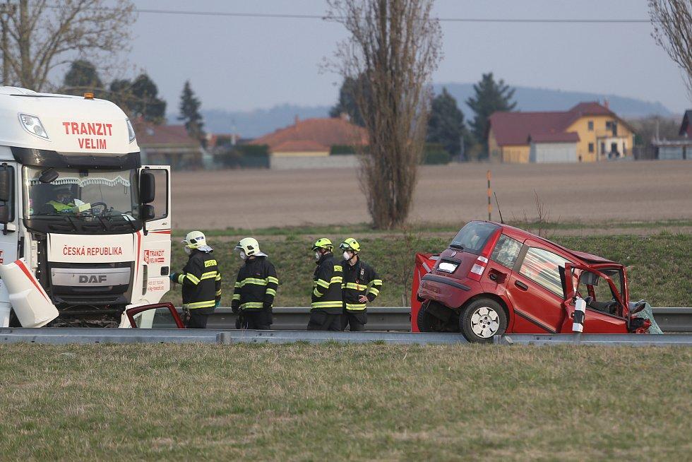 Ke smrtelné dopravní nehodě kamionu a osobního vozu došlo na obchvatu Kolína ve čtvrtek 19 března okolo 17. hodiny.