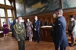 Ze slavnostního předání čestných odznaků štábního kapitána Václava Morávka v obřadní síni na radnici v Kolíně.