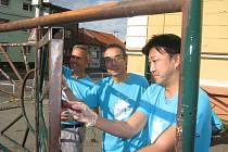 Dobrovolníci z TPCA v pátek odpoledne po pracovní době přišli pomoci při vzniku nového Techcentra při 6. ZŠ Kolín