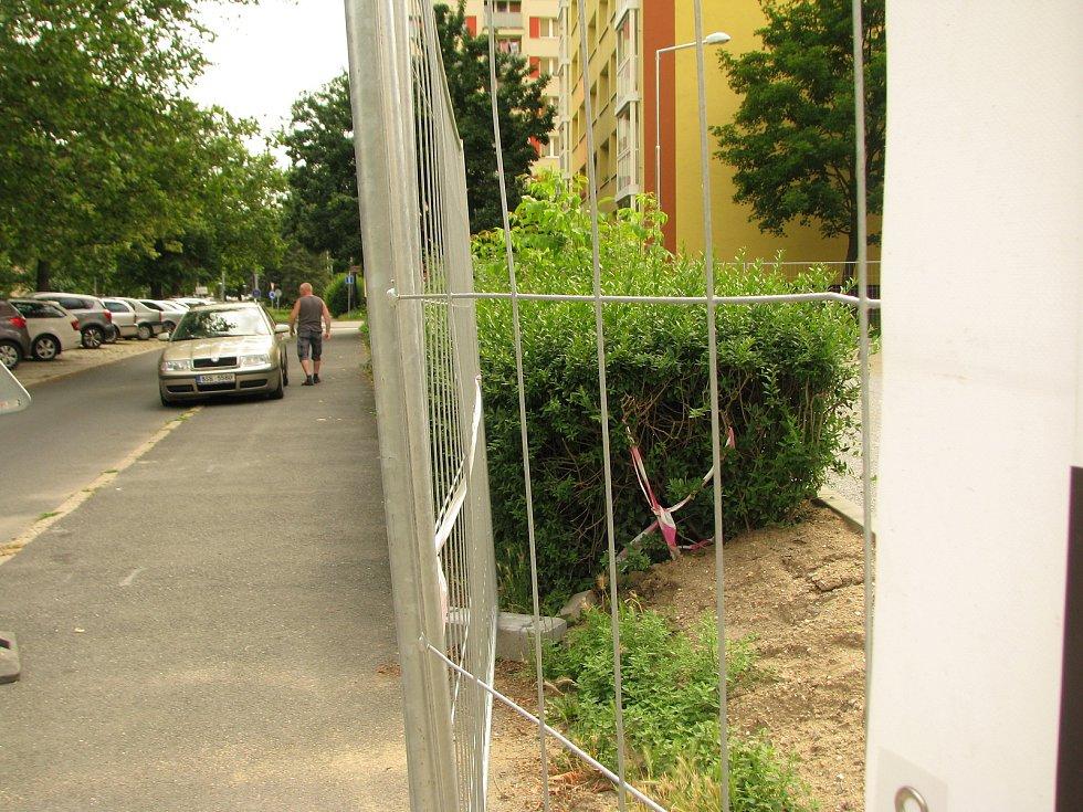 V Čechových sadech se dokončuje parkoviště, upraví se i přilehlé kontejnerové stání.