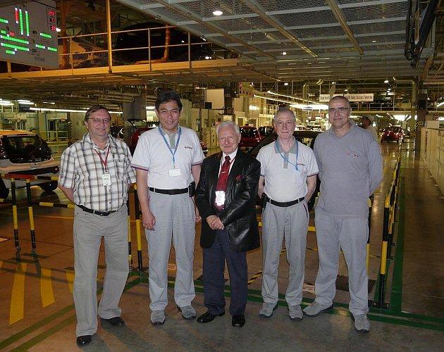 zleva: Jan Žižka, sdružení přátel Miloše Zemana, Yasuhiro Takahashi, prezident TPCA, Miroslav Grégr, Bernard Million-Rousseau, výkonný viceprezident TPCA, Jiří Černý, viceprezident TPCA