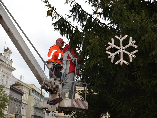 Vánoční výzdoba ve městech vrcholí