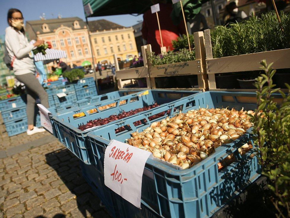 Z trhu na Karlově náměstí v Kolíně v úterý 21. dubna 2020.