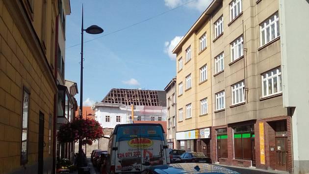 Opravy střechy Žerotínského paláce v Kolíně.