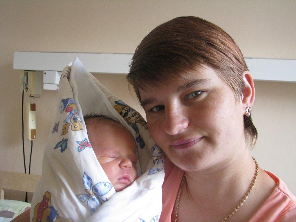 Denis Pavlyuk se narodil 16. května v Kolíně. Vážil 3850 gramů a měřil 54 centimetrů. Doma ve Volárně ho přivítá sestřička Karolína, maminka Oxana a tatínek Vasyl.