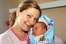 Naštvaně vyhlížel při fotografování Matěj Starý, který se mamince Heleně narodil 14. května s váhou 3 930 gramů a výškou 53 centimetry. Doma v Kolíně na ně čekala dvouletá sestřička Veronika a tatínek Michal.