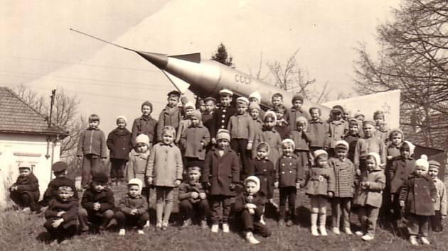 Děti z mateřské školy Dobropolská  před raketou, která na konci 60. let z města zmizela.