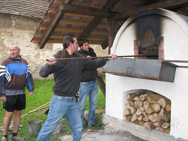 Pečení chleba v replice gotické pece ve Štolmíři