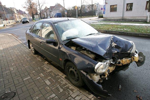 Dopravní nehoda na křižovatce Okružní a Veltrubská.