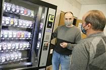 Automat na prodej ochranných roušek na kolínské poliklinice.