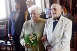Marie a Stanislav Pokorných oslavili zlatou svatbu. Svůj manželský slib obnovili po padesáti letech v sobotu v obřadní síni kolínské radnice před oddávajícím Janem Horou.