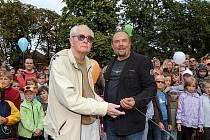Břetislav Pojar s Františkem Martínkem při slavnostním odhalování medvědího památníku v kolínských Borkách v září roku 2010