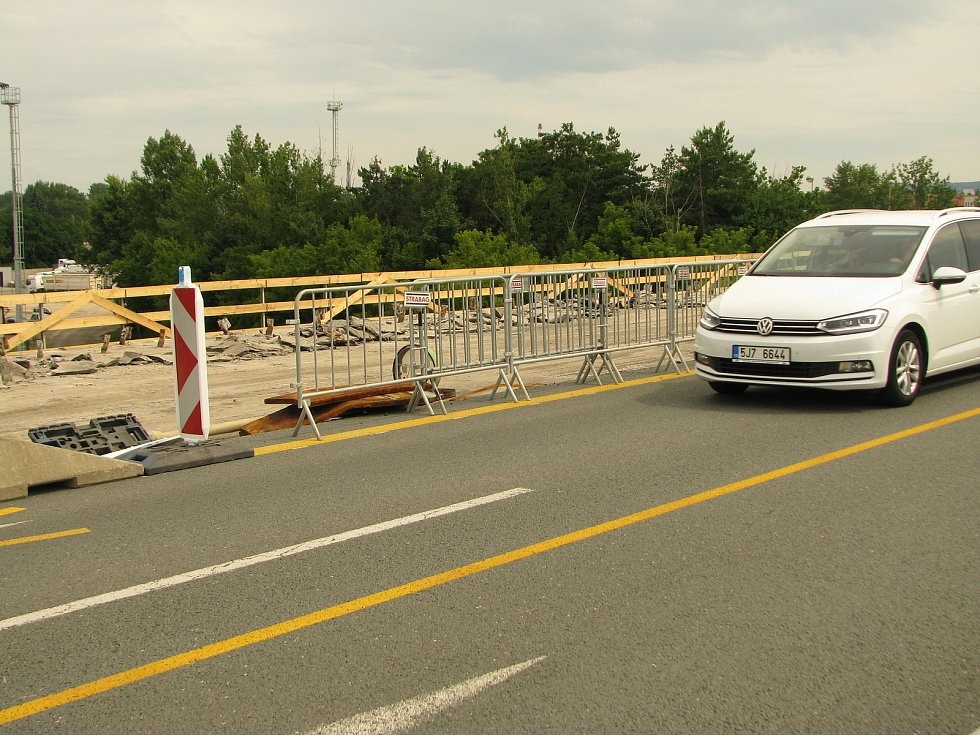Rekonstrukce Nového mostu pokračuje, provoz je zúžen na dva jízdní pruhy, před i za mostem přibyla dopravní omezení.