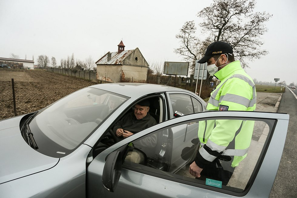 Kontrolní stanoviště policie u obce Rostoklaty na silnici I/12.