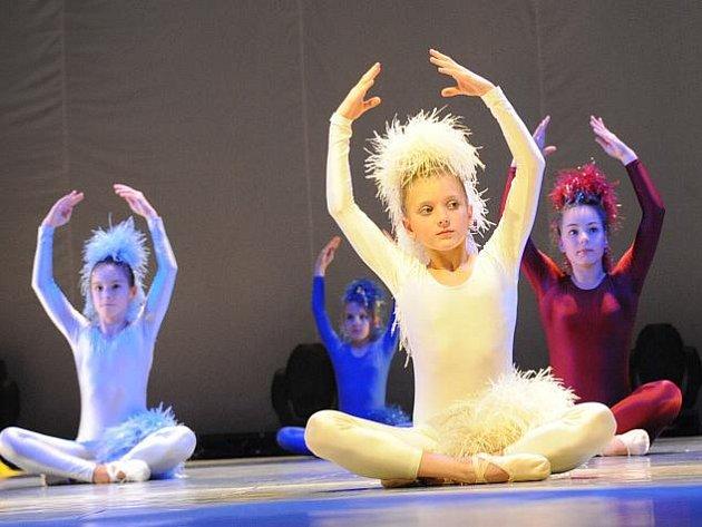 Především žákyně, ale i několik žáků základních uměleckých škol Středočeského kraje, předváděly v kolínském Městském divadle, co se ve svých školních zařízeních  od září naučily.