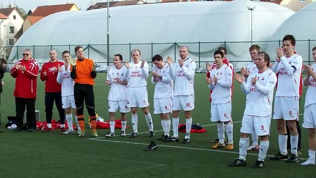 Fotbalisté Velimi takto děkovali svým věrným fanouškům po vítězství v Říčanech a nyní i proti Týnci nad Sázavou.