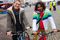 Marek Jelínek s Kateřinou Peukerovou na koloběžkách, na kterých vyrazí přes celý kontinent, v sedmi lidech pojedou přes střední a jižní Ameriku.