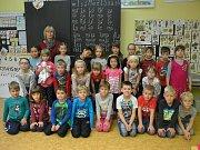 Žáci 1. B ZŠ Pečky s třídní učitelkou Martinou Plačkovou.