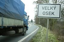 Dopravní zátěž Velkého Oseku je značná ve všední i víkendové dny. A leckterého řidiče nová silnice svede k překročení rychlosti.