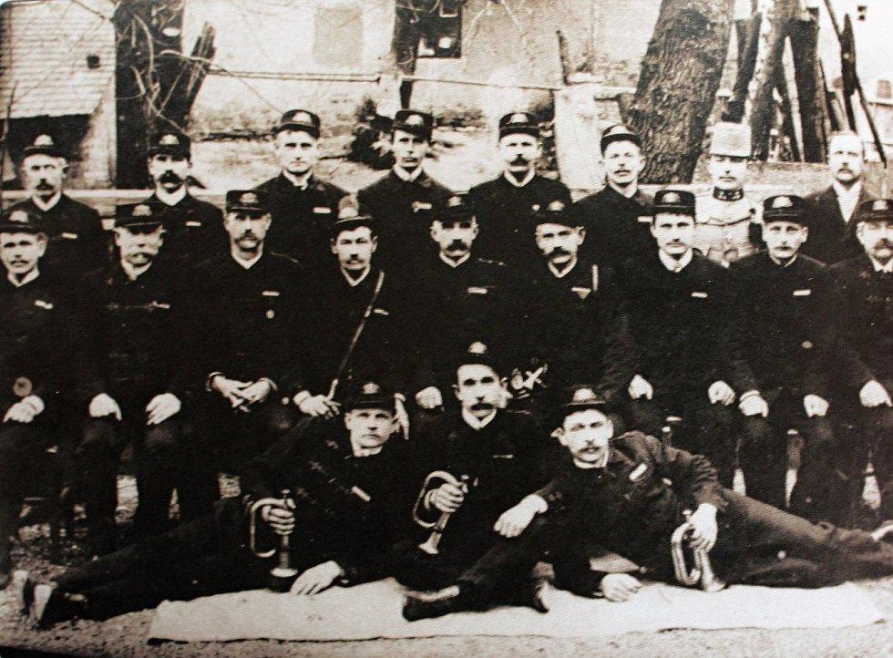 Na počátku dvacátého století přestoupili cerheničtí hasiči z kolínské jednoty do kouřimské. Na snímku jsou k vidění hasiči z roku 1910.