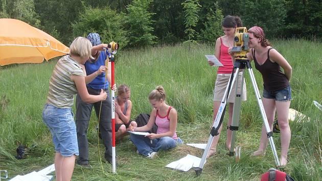 Studenti skládají praktickou zkoušku z geodezie.